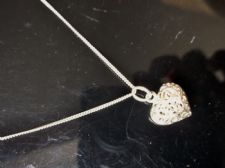 BNWOT BOXED 925 HM SILVER FINE CHAIN WITH FILIGREE PIERCED WORK SMALL HEART DROP